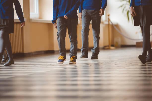 Studenten, die zu Fuß durch Schule Flur – Foto