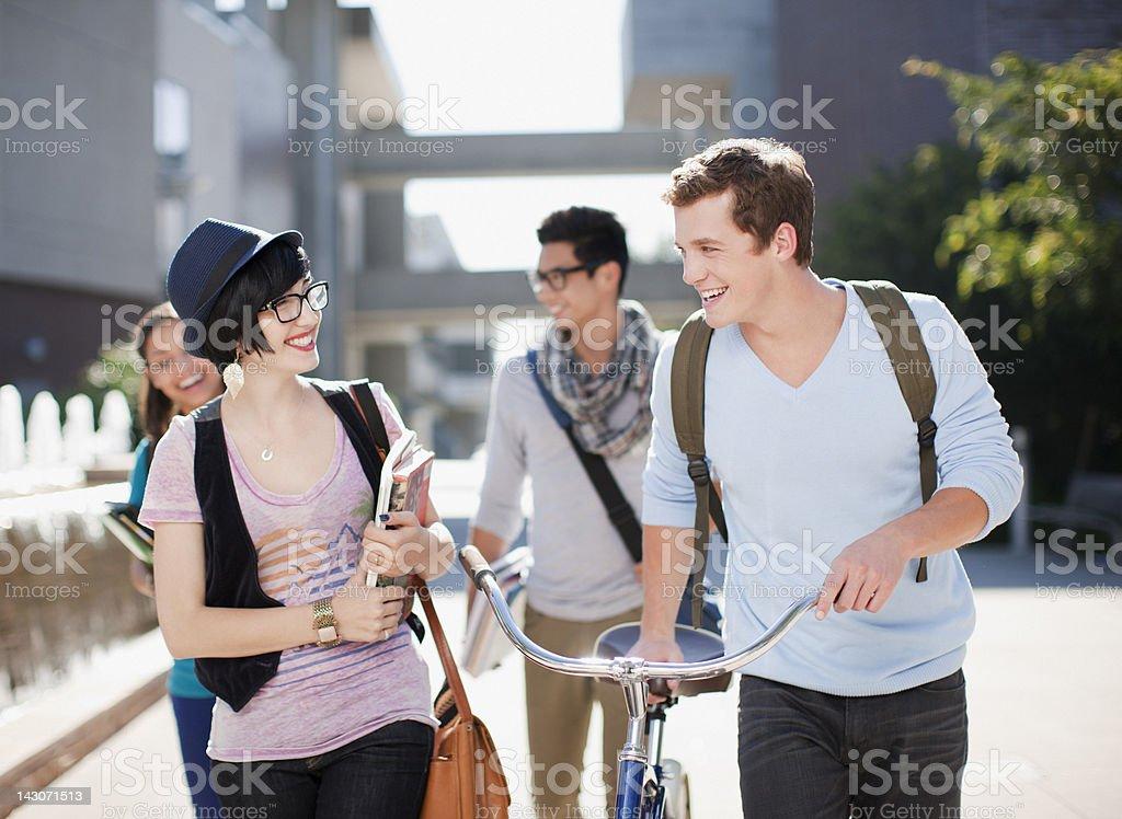 Étudiants marchant en plein air - Photo