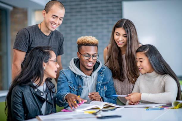 Schüler arbeiten zusammen mit Begeisterung – Foto