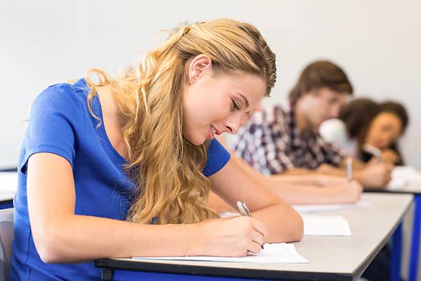 studenti scrivendo note in aula - esame maturità foto e immagini stock
