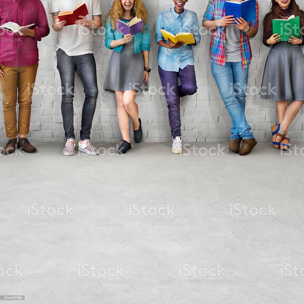 Jovens estudantes adultos lendo conhecimento conceito de educação - foto de acervo