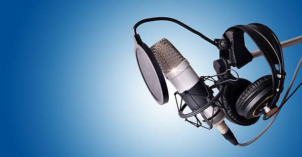 Studio condenser microphone and equipment blue isolated - foto de stock