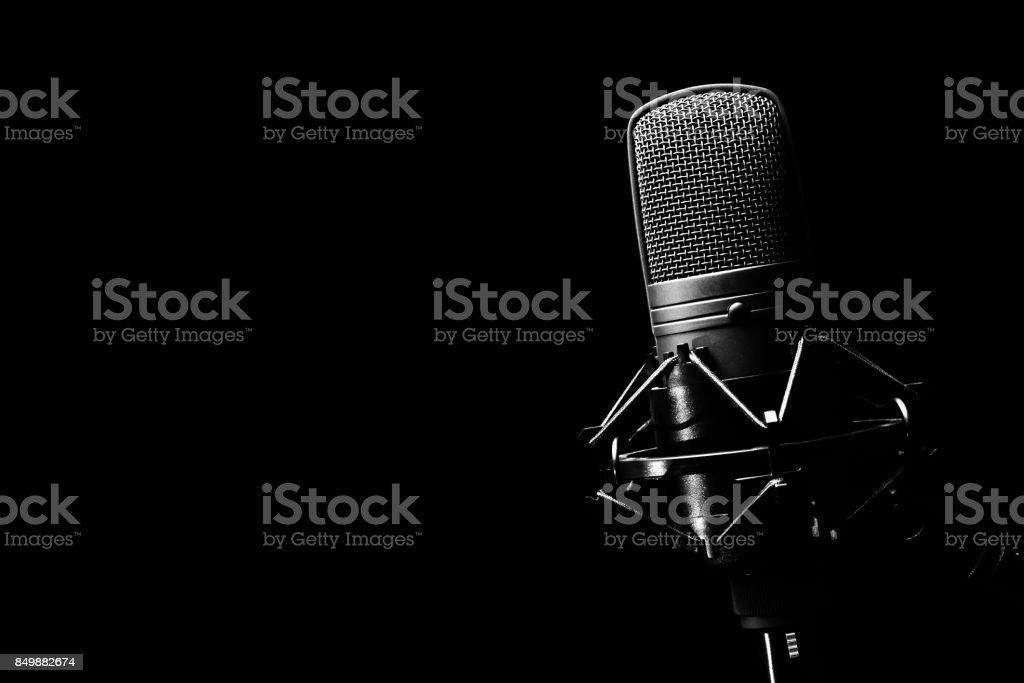 microphone à condensateur de Studio, isolée sur fond noir. espace de la copie à gauche - Photo