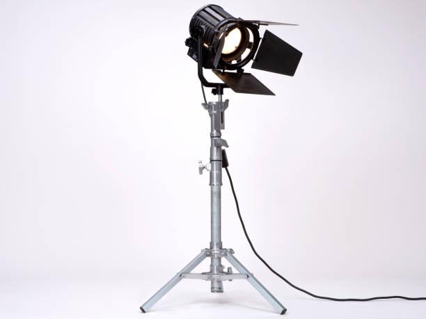 studiolicht auf einem metallgestell. - film oder fernsehvorführung stock-fotos und bilder