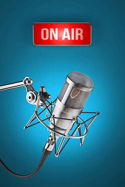 microphone de Studio Tenez-vous debout sur fond de panneau de signalisation sur AIR - Photo