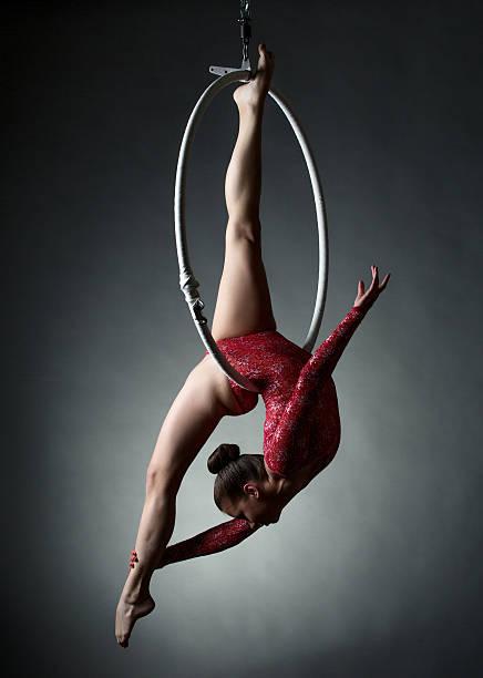 Studio Foto von Akrobatische Mädchen Tanzen mit hoop – Foto