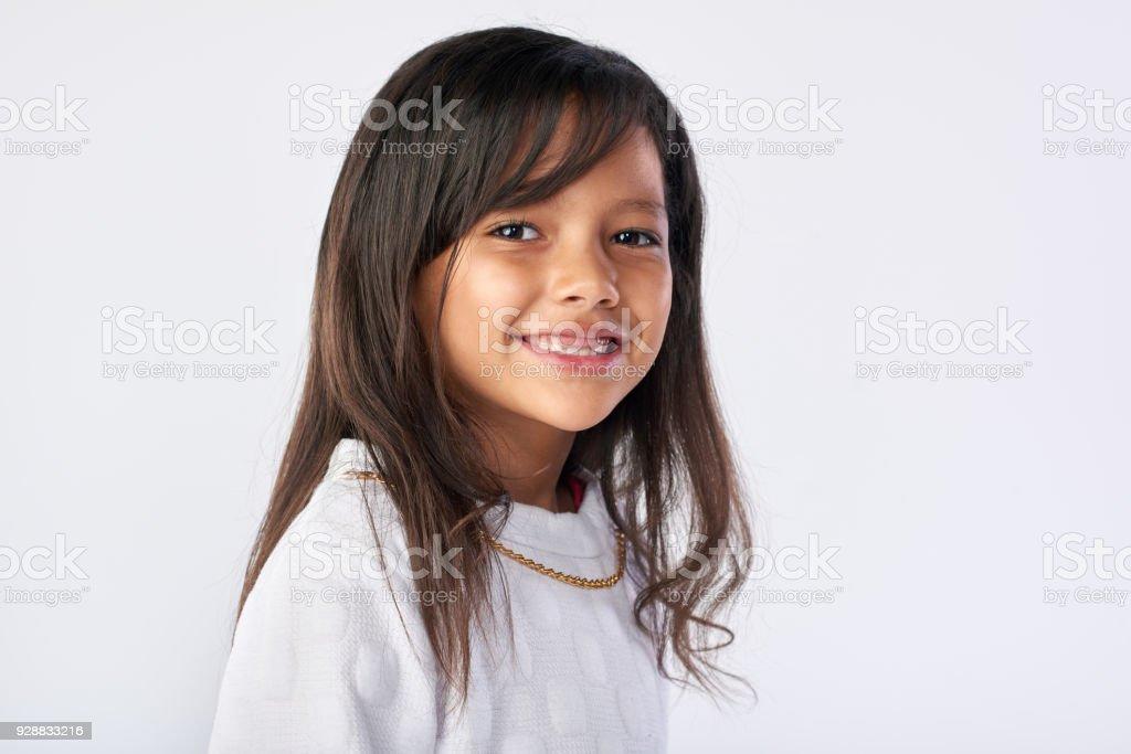 Studioportrait für ein hübsches kleines Mädchen lächelnd – Foto