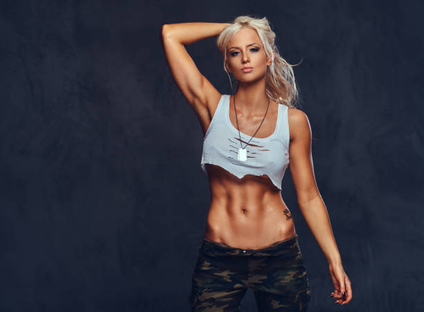 studio-porträt einer sexy blonden frau. - militärisches training stock-fotos und bilder