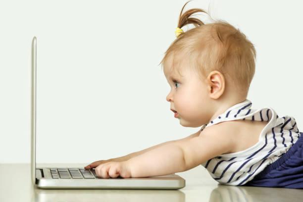 Studioportrait liebenswert 6 Monate alten Baby girl vor laptop – Foto