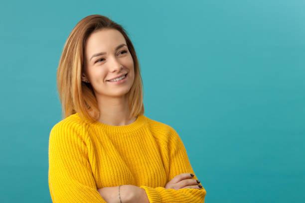 一個有魅力的20歲婦女的工作室肖像 - 有顏色的背景 個照片及圖片檔