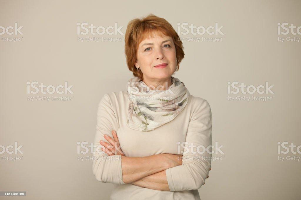 Hedendaags Studio Portret Van Een Aantrekkelijke 60 Jaar Oude Vrouw Op Een ZP-68