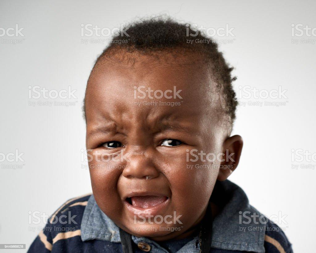 Studioportrait von niedlichen schwarzen Baby weint – Foto