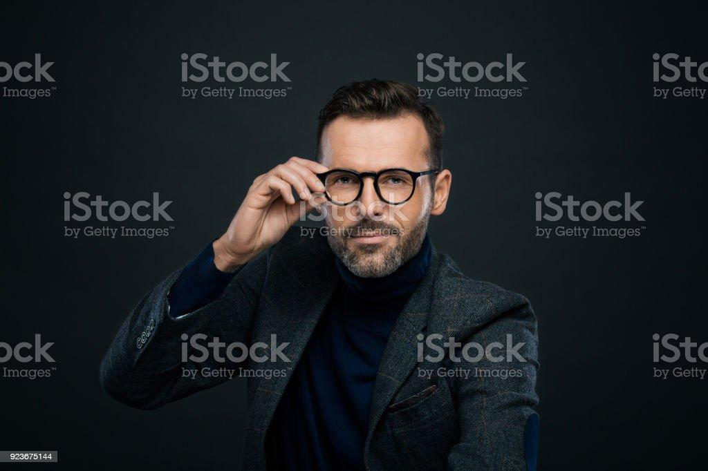 Studio-Porträt des eleganten gut aussehender Mann, dunkler Hintergrund Lizenzfreies stock-foto