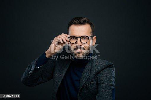 Studioporträt Des Eleganten Gut Aussehender Mann Dunkler Hintergrund Stock-Fotografie und mehr Bilder von Anwalt