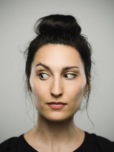 studio portret van de echte mediterrane jonge vrouw op zoek naar de zijkant - achterdocht stockfoto's en -beelden
