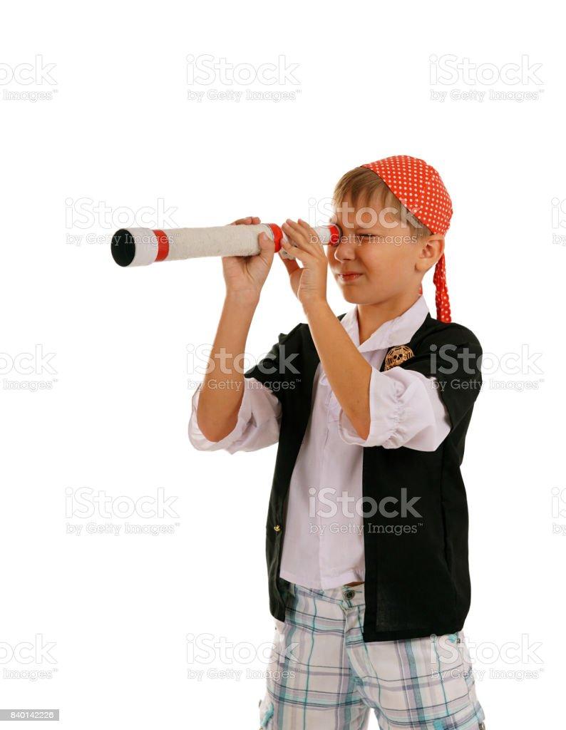 Stüdyo portre genç çocuğun spyglass ile korsan gibi giyinmiş stok fotoğrafı