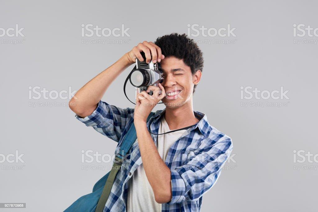 Studioportrait von Jugendlichen Touristen fotografieren mit seinem Vintage-Kamera – Foto