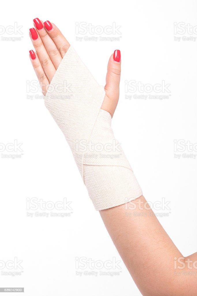 Foto de estúdio feminino pulsos relacionados com uma faixa elástica foto royalty-free