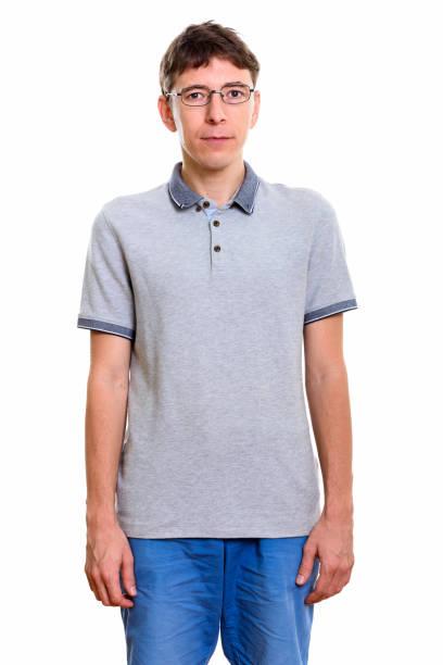 studioaufnahme der mann beim tragen von brillen - geek t shirts stock-fotos und bilder