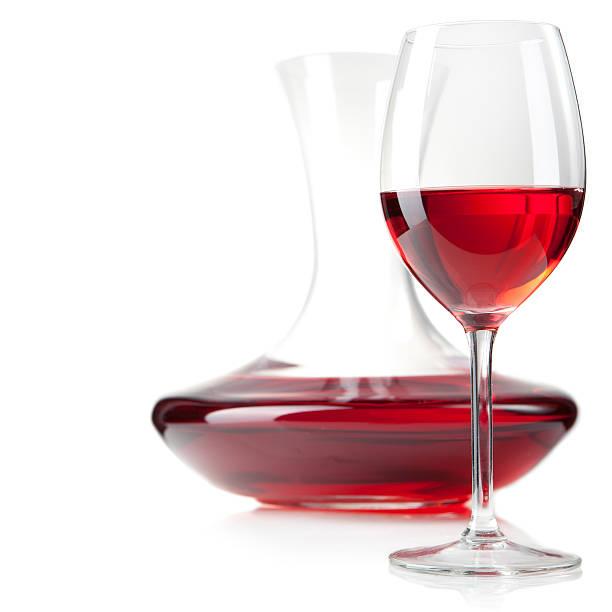 Studioaufnahme von Rotwein Glas und Karaffe im vertikalen – Foto