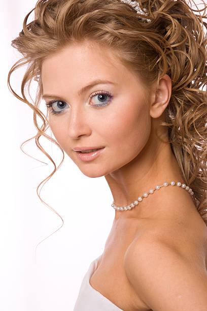 studioaufnahme der braut mit lockigem haar xl - hochzeitskleid xl stock-fotos und bilder