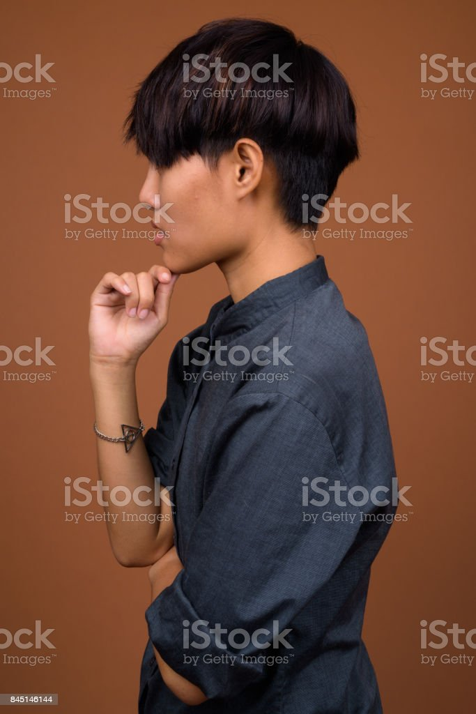 Photo Libre De Droit De Photo De Studio De Belle Jeune Femme Asiatique Avec Les Cheveux Courts Sur Fond Colore Banque D Images Et Plus D Images Libres De Droit De 20 24 Ans