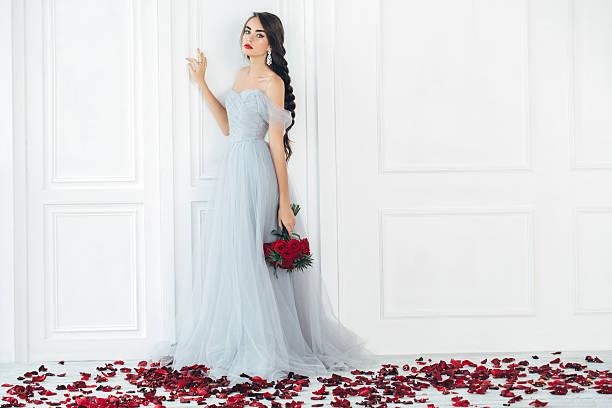 studioaufnahme der junge schöne braut - ohrringe rose stock-fotos und bilder