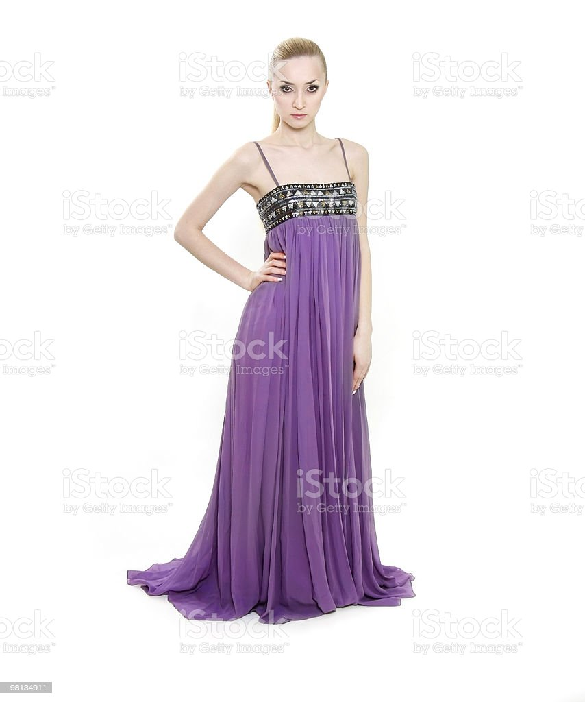 Colpo di studio della giovane e bella donna in abito lungo viola foto stock royalty-free