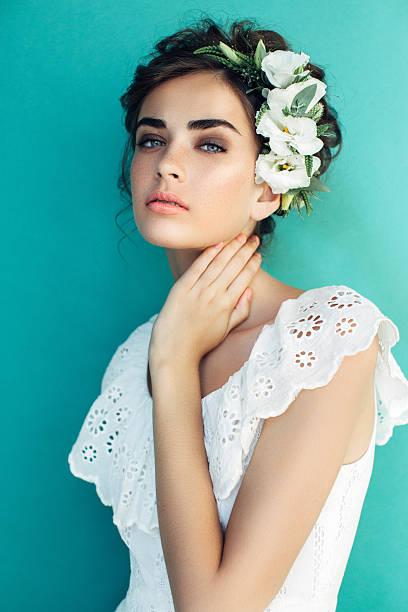 スタジオ撮影の若い美しい女性 - ウェディングファッション ストックフォトと画像