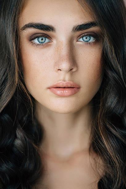スタジオ撮影の若い美しい女性 ストックフォト