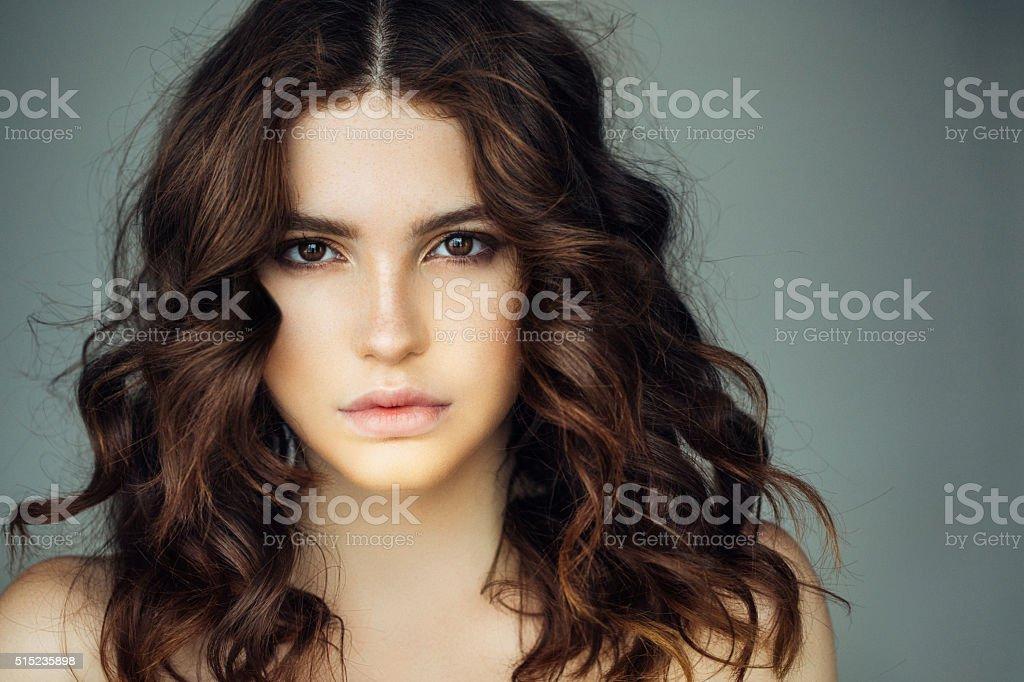 Foto de estudio del joven hermosa mujer - foto de stock