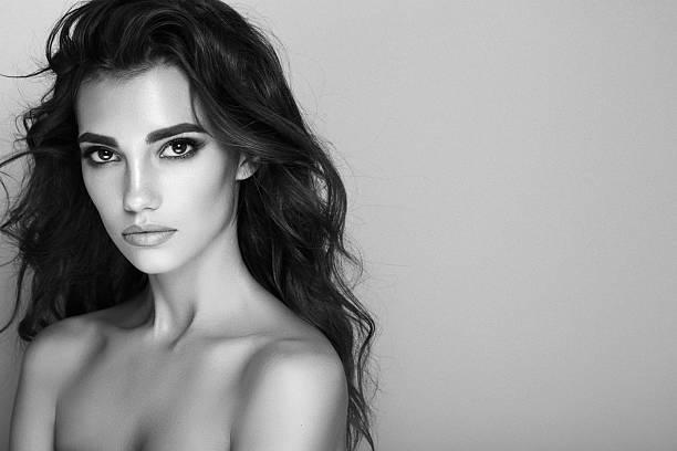colpo di studio di giovane splendida donna  - bianco e nero foto e immagini stock