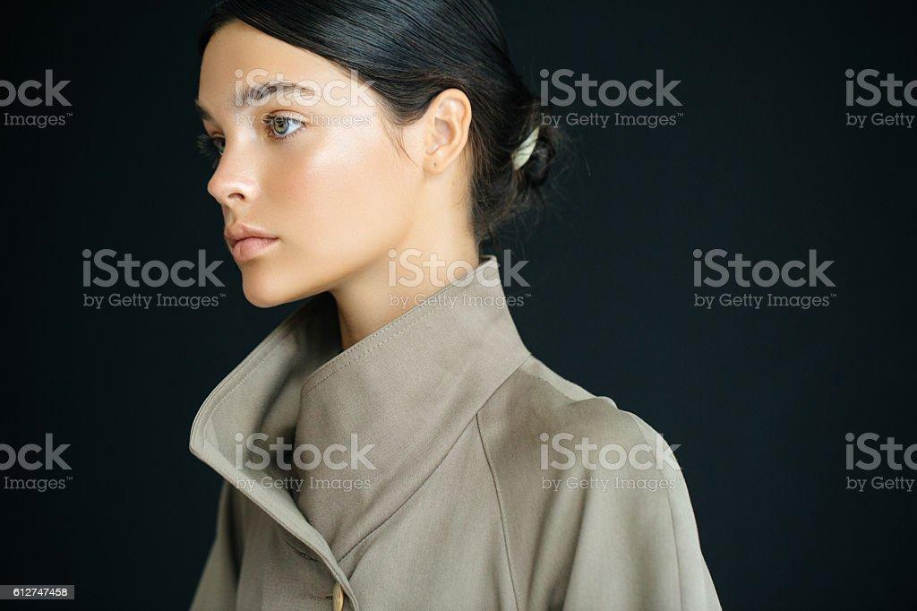 Studioaufnahme der junge schöne Frau  – Foto