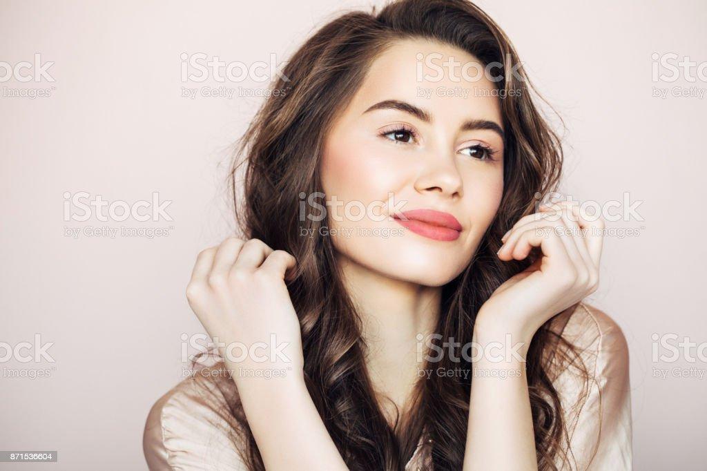 Studio shot van jonge mooie vrouw foto