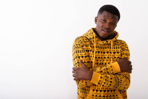 Studio photo du jeune homme africain noir, sensation de froid sur fond blanc - Photo
