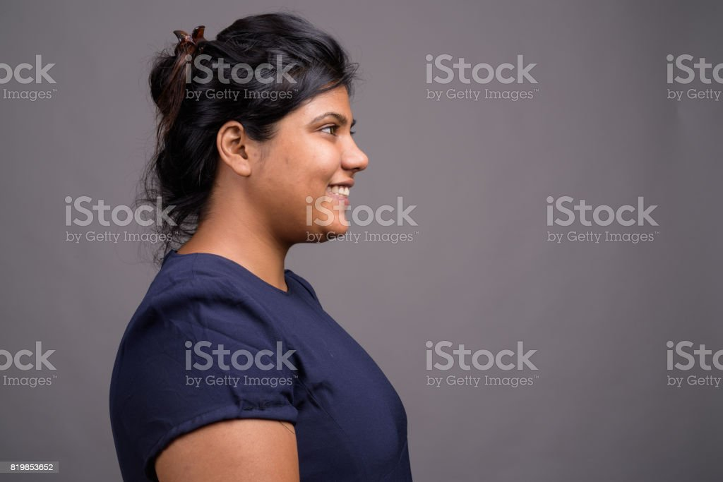 影棚拍攝年輕胖印度美女的灰色背景圖像檔