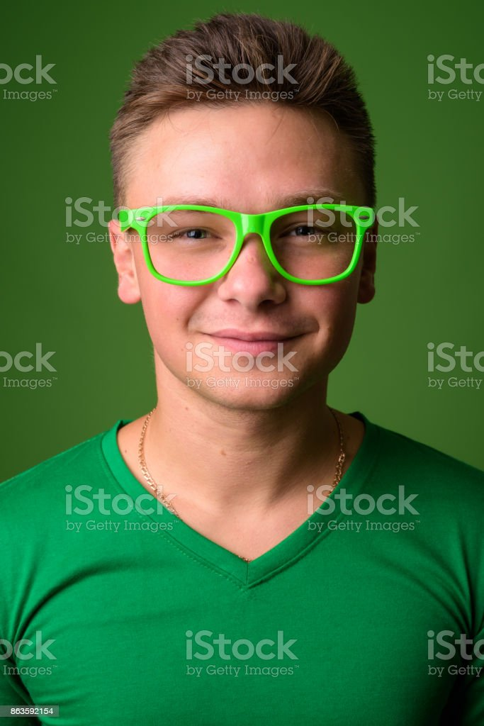 Prise de vue Studio du jeune homme beau maillot vert assorti avec des  lunettes vertes sur a511fd674f88