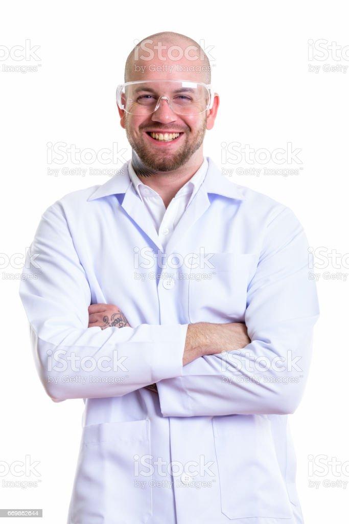 Studio photo du médecin jeune homme musclé chauve heureux souriant si vous  portez des lunettes de 95213dc3d511