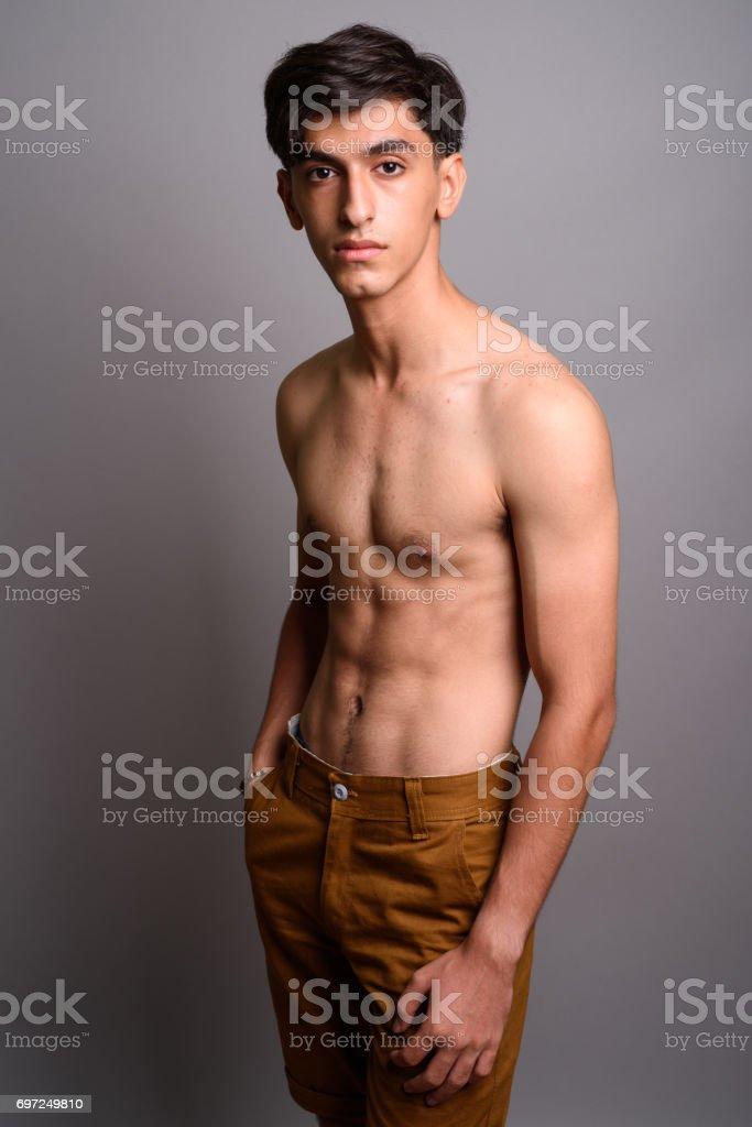 Jeune regardant nue les adolescents