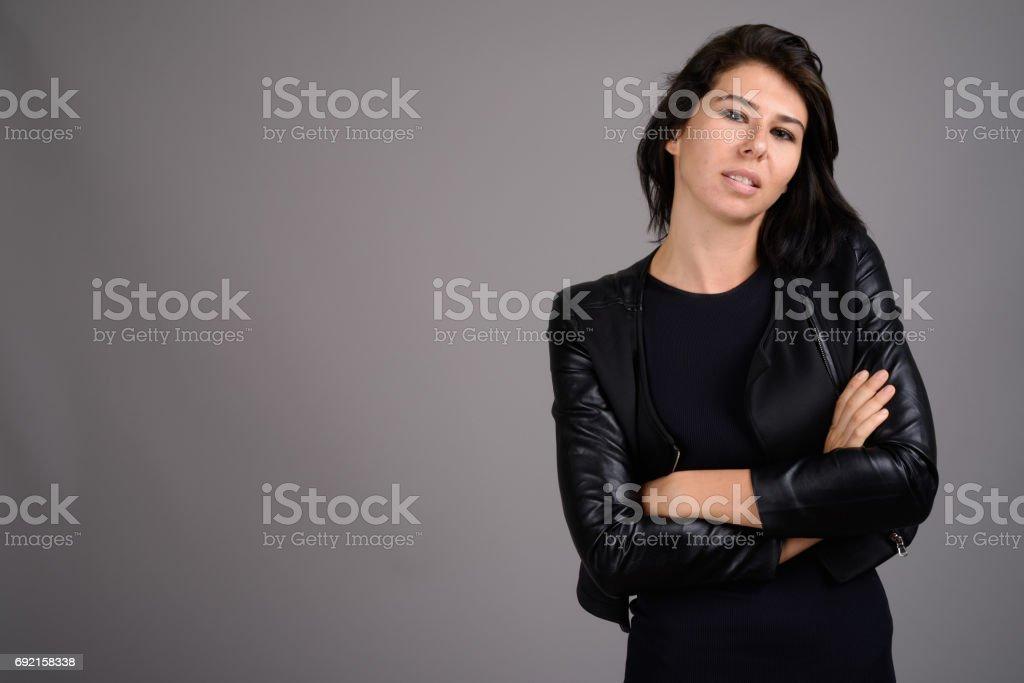 Studio Foto De Mujer Joven Negro Vestido Con Chaqueta De