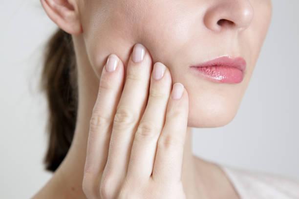 Studioaufnahme von junge Frau mit Zahnschmerzen, Nahaufnahme – Foto