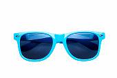 白い背景で撮影スタジオ: 青色のサングラス