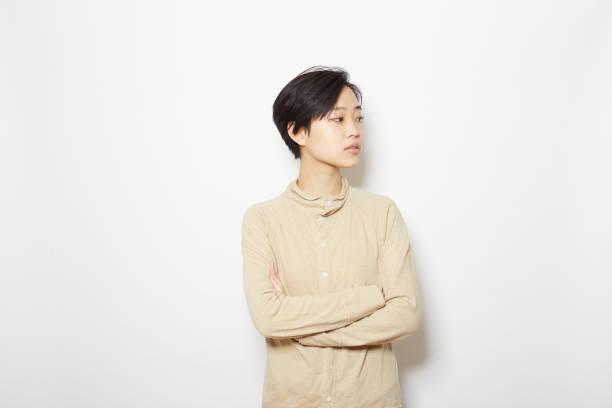 スタジオが立っている若い女性の写真を撮影 - スタジオ 日本人 ストックフォトと画像