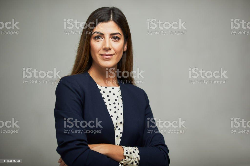 工作室腰部向上的肖像,一個美麗的女商人交叉的手臂。 - 免版稅30歲到34歲圖庫照片