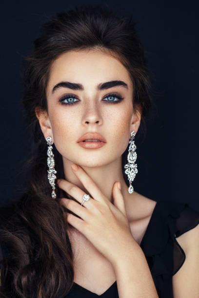 studioshot junge schöne frau - diamantschmuck stock-fotos und bilder
