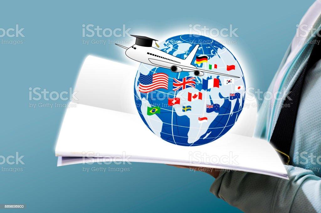 Studieren Sie im Ausland Konzeption der jungen Frau aufgeschlagene Buch und Welt-Bildung mit Nationalflagge – Foto