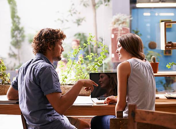 studiando presso la caffetteria - compagni scuola foto e immagini stock