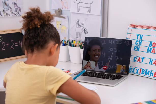 studerar på nätet. distansinlärning. använda videokonferenser i utbildning. - digital device classroom bildbanksfoton och bilder
