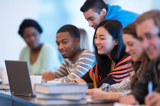 akademisches lernen zusammen in klasse - möbel 24 online stock-fotos und bilder