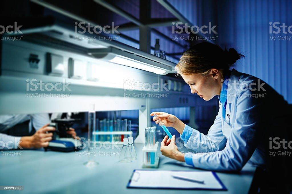 Estudiando virus) - foto de stock